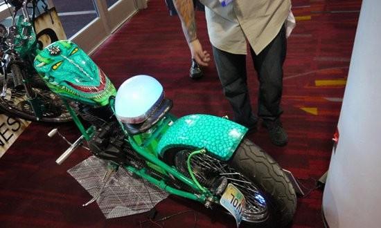 Xe máy tự phát sáng nhờ công nghệ sơn đặt biệt - 1