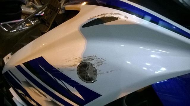 Cách đánh bay tẩy và xóa vết xước trên xe máy tại nhà - 1